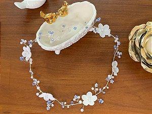Tiara de strass e cristais azul Serenity com flores brancas