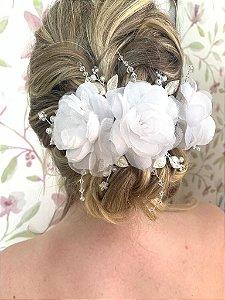 Arranjo para cabelo de noiva flores e pérolas brancas