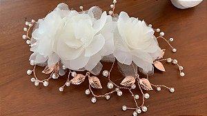 Arranjo para noiva com flores de tecido metais banhados em ouro rosé