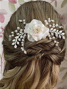 Pente com flor de porcelana perolada e pérolas banho de prata