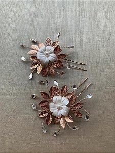 Duo de grampos para noivas  banho de ouro rosé flor de porcelana fria