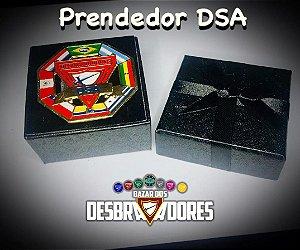 Prendedor DSA (c/caixinha presente) - Frete Grátis Brasil