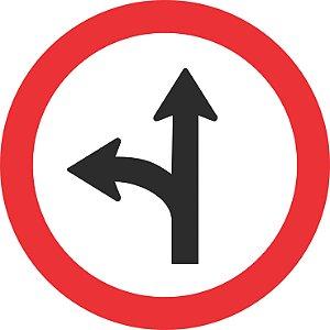 Placa de Regulamentação - R-25c - Siga em Frente ou Vire à Esquerda