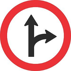 Placa de Regulamentação - R-25d - Siga em Frente ou Vire à Direita