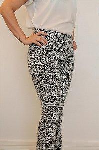 Calça feminina modelagem flare em tecido jacquard  preto e estampa inca