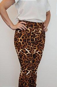 Calça feminina modelagem flare com estampa animal print. Um escândalo de linda