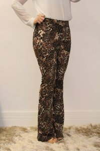 Calça feminina modelagem flare em tecido suplex com estampa animal print