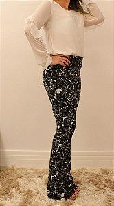 Calça feminina modelagem flare em tecido jacquard com estampa florida e renda preta na barra