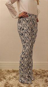 Calça feminina modelagem flare em tecido jacquard com estampa psicodélica preto e branco