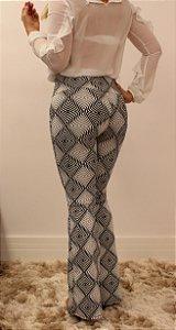 Calça feminina modelagem flare em tecido jacquard com estampa psicodélica preta e branca