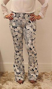 Calça feminina modelagem flare em tecido jacquard com estampa big flower