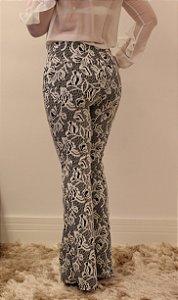 Calça feminina modelagem flare em tecido jacquard estampada