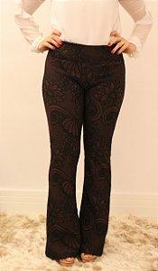 Calça feminina modelagem flare em tecido jacquard café e estampa floral maravilhosa