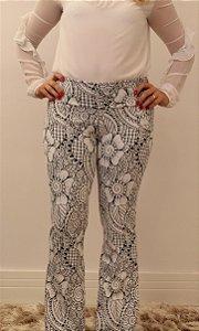 Calça feminina modelagem flare em tecido jacquard offwhite e estampa delicada floral