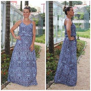 Vestido longo estampa encantadora em tons de azul