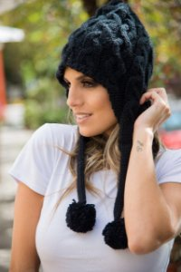 Gorro em tricot preto com pompom