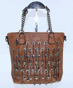 Bolsa caramelo com lindo detalhe em corrente de metal e mini corações