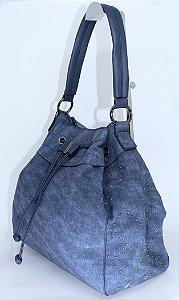Bolsa azul com a lateral toda trabalhada em tachas prata velho
