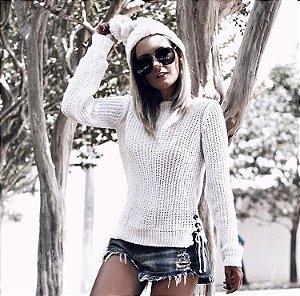 Blusa em tricot offwhite com ilhós