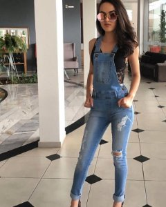 Macacão jeans skinny jardineira lavagem clara