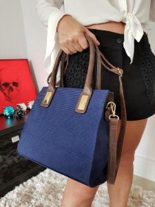 Baby bag azul marinho com alça marrom e detalhes dourados