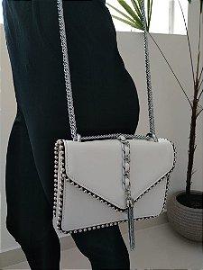 Bolsa branca com tachinhas e alças de corrente