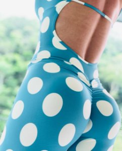 Macacão fitness levanta bumbum azul com bolinhas