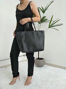 Bolsa em couro eco na cor preta com alça de corrente