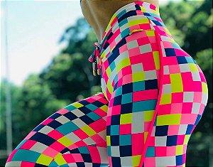 Calça legging fitness levanta bumbum com estampa color flags