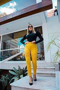 Calça skinny maravilhosa com cós lastex e nervuras - Amarela