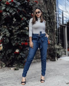 Calça jeans clochard com faixa na cintura - lavagem clara
