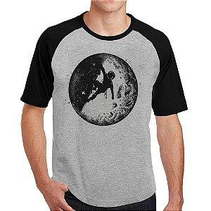 Camiseta Raglan Astronauta Escalando