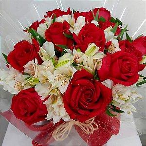 Rosas Vermelhas e Galhos de Alstroemeria