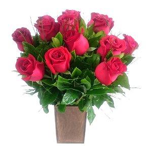 Buque no vaso de madeira com 12 rosas vermelhas