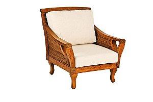 Poltrona Itáia madeira Jequitibá colonial e junco natural com assento e encosto estofados