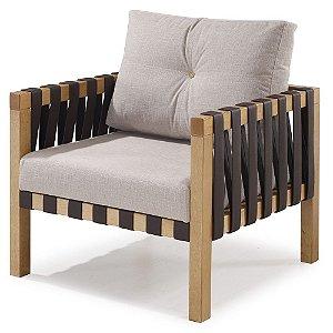 Poltrona Tirante madeira Jequitibá imbuia J. com assento e encosto estofados e detalhe em couro e botão