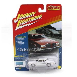 WHITE LIGHTNING Olds Cutlass Supreme 1977 1/64 Johnny Lightning Classic Gold Collection Versão B 2017 Series Release 1