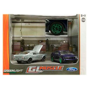 GREEN MACHINE Diorama 2010 Ford Mustang GT 1/64 Greenlight