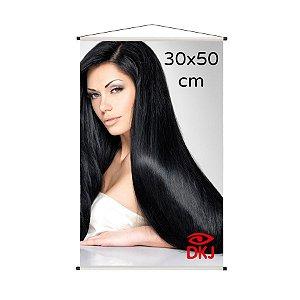 Banner 30x50 cm em lona brilho 440g com acabamento: hastes de madeira, ponteiras plástica e estirante