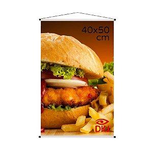 Banner 40x50 cm em lona brilho 440g com acabamento: hastes de madeira, ponteiras plástica e estirante