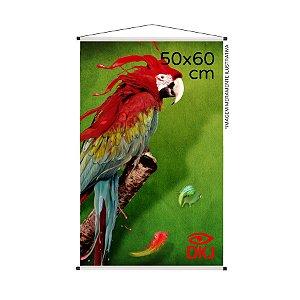 Banner 50x60 cm em lona brilho 440g com acabamento: hastes de madeira, ponteiras plástica e estirante