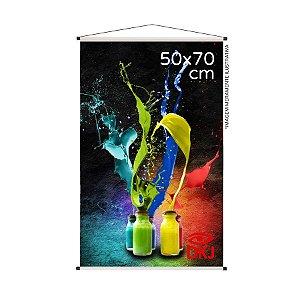 Banner 50x70 cm em lona brilho 440g com acabamento: hastes de madeira, ponteiras plástica e estirante