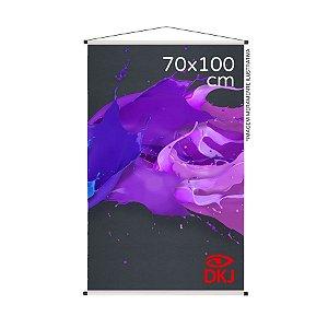 Banner 70x100 cm em lona brilho 440g com acabamento: hastes de madeira, ponteiras plástica e estirante