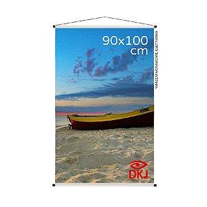 Banner 90x100 cm em lona brilho 440g com acabamento: hastes de madeira, ponteiras plástica e estirante