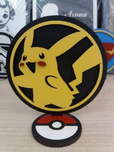 Brasão em MDF Colorido Pokémon Pikachu 14,5 x 15,0 cm