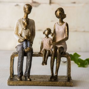 Papai e Mamãe com Crianças no Banquinho