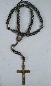 Terço são padre Pio com cruz gravada nas contas marrom (8053)