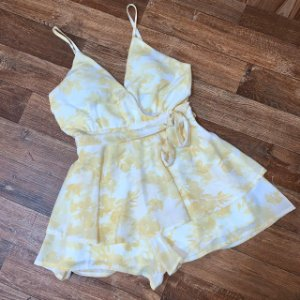 Macaquinho de Alcinha Transpassado Mariah Floral Amarelo