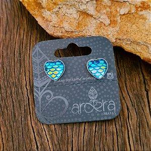 Brinco Pequeno Coração com Escama de Sereia em Prata 925 e Resina