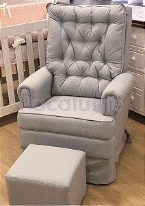 Poltrona de Amamentação Baby Comfort Balanço com Capitonê e Saia + Puff Cube em Linho Cinza - Pclme